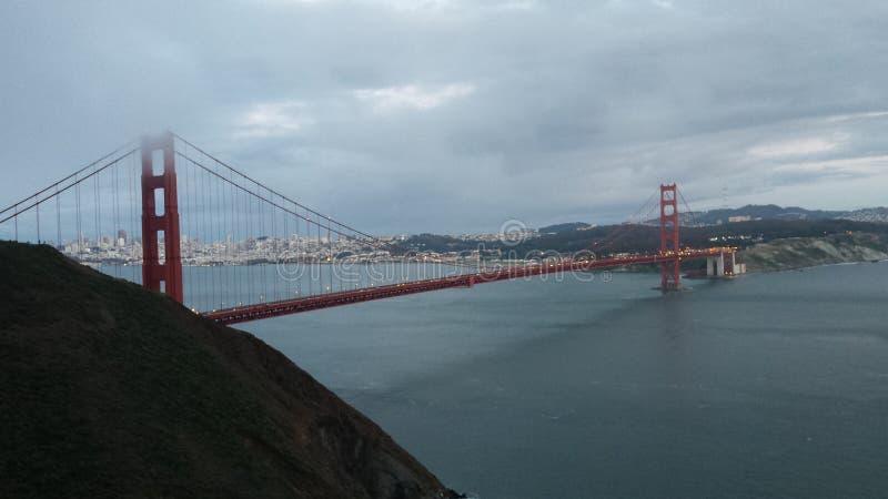 Pont en porte d'or au crépuscule images libres de droits