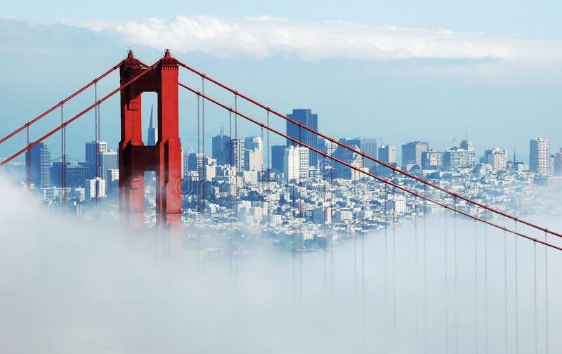 Pont en porte d'or et San Francisco sous le regain photos stock