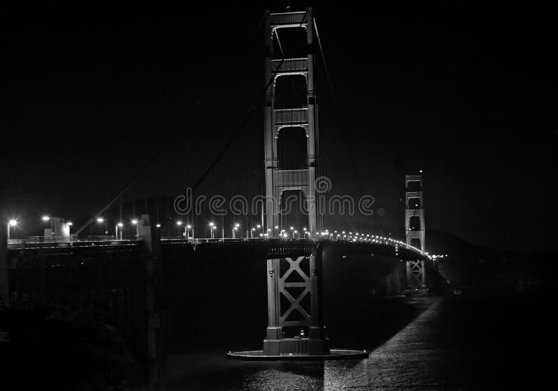 Pont en porte d'or la nuit, B&W photographie stock libre de droits
