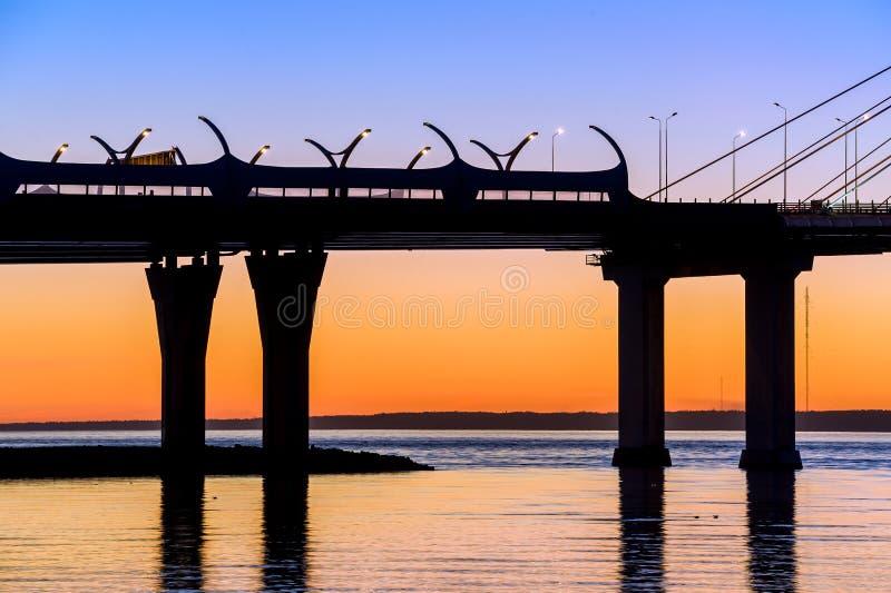 Pont en route à la rivière de Neva photographie stock libre de droits