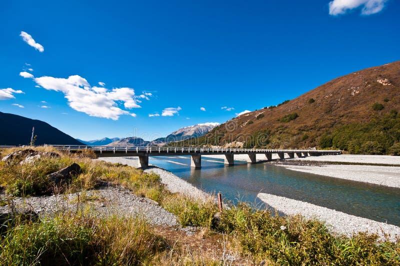 Pont en route au-dessus de lac dunstan image libre de droits