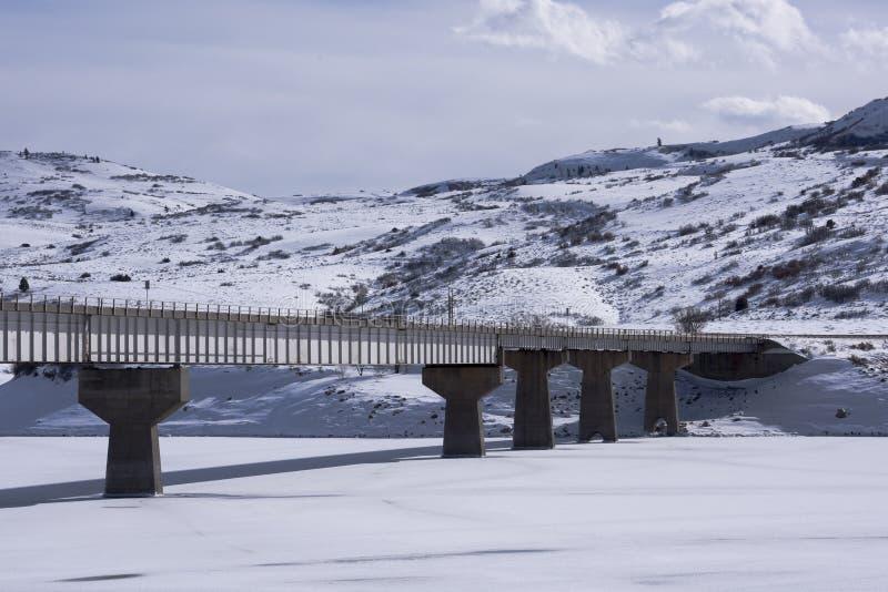 Pont en route au-dessus de Mesa Reservoir bleu photo libre de droits