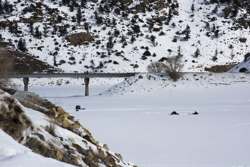 Pont en route au-dessus de Mesa Reservoir bleu image libre de droits