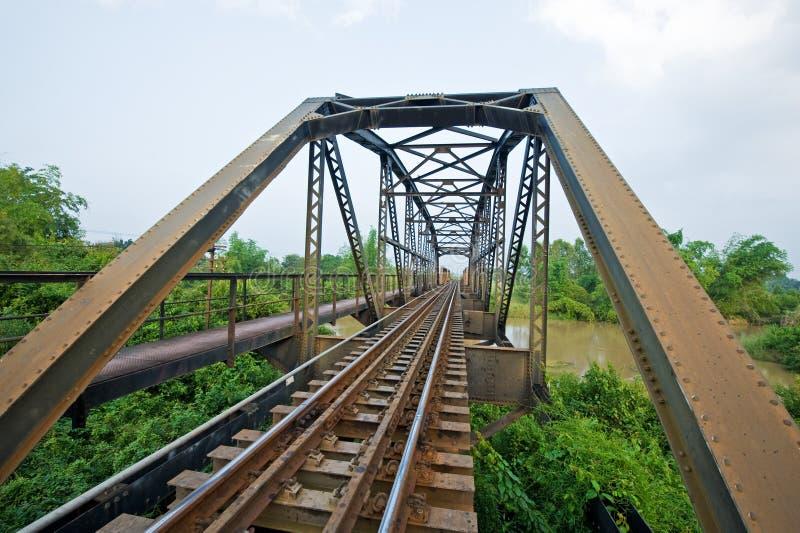 Pont en route de longeron en métal images stock