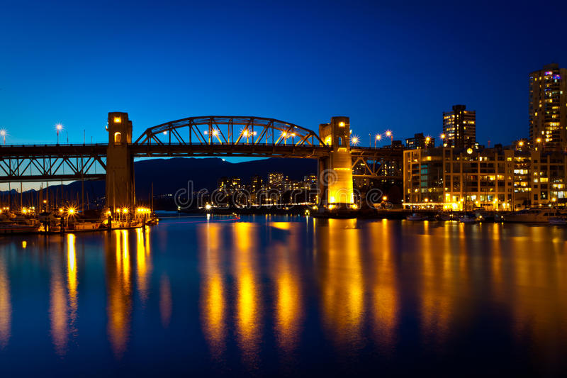 Pont en rue de Granville, Vancouver, BC coucher du soleil photo libre de droits