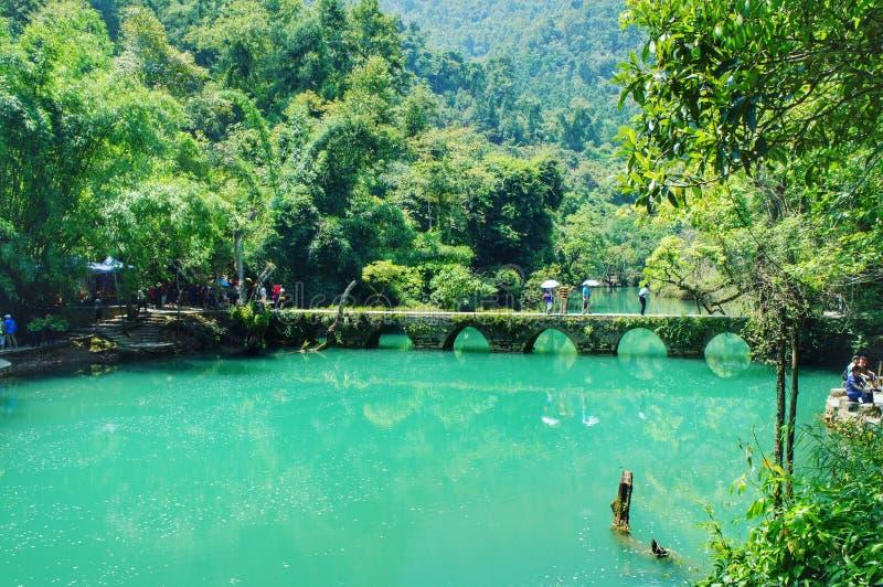 Pont en sept trous sur l'eau verte photos stock