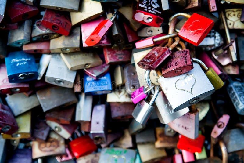 Pont en serrure d'amour photos stock