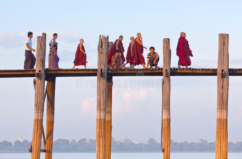 Pont en teck d'U Bein dans Amarapura, Myanmar photographie stock