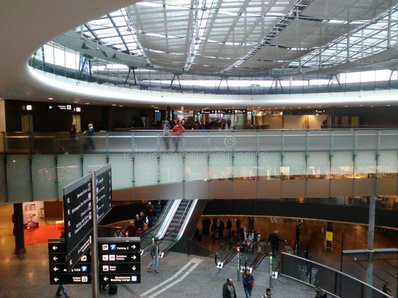 Pont en Teinter-verre avec des passagers, Zurich-aéroport ZRH photos stock