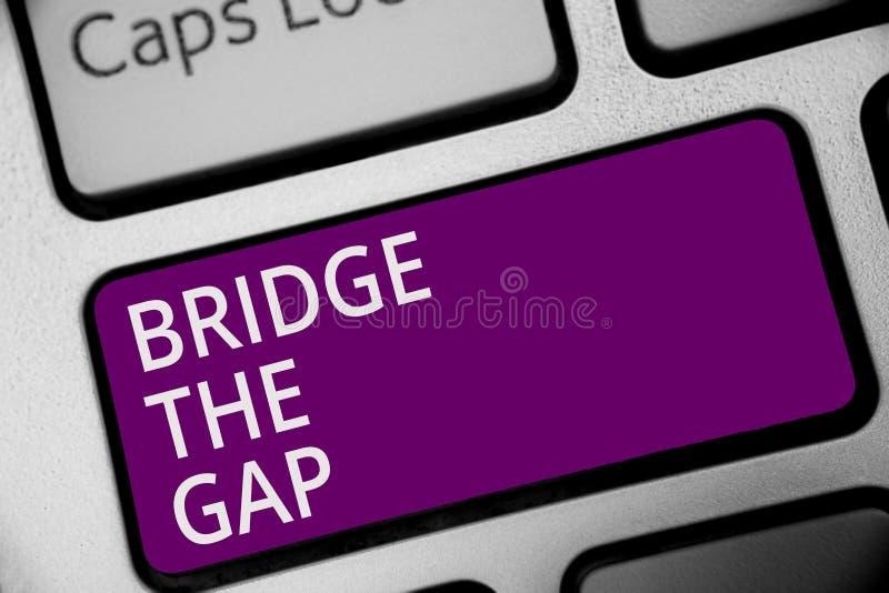 Pont en textes d'écriture de Word Gap Le concept d'affaires pour Overcome les obstacles contestent la clé pourpre de clavier d'ha illustration stock