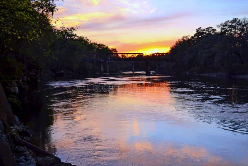Pont en train au-dessus de la rivière de Suwanee à sunest images stock
