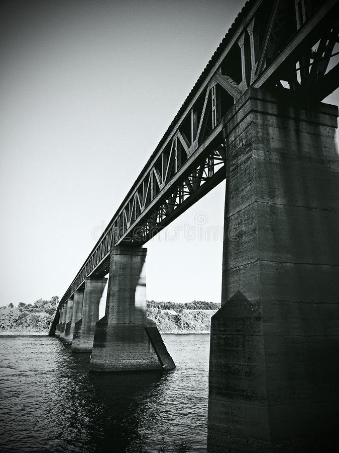 Pont en train de Saskatoon sur la rivière images libres de droits