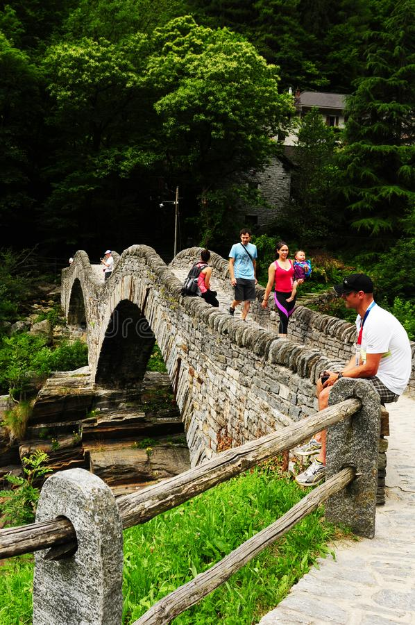 Pont en vallée de Verzasca, Tessin, Suisse photographie stock