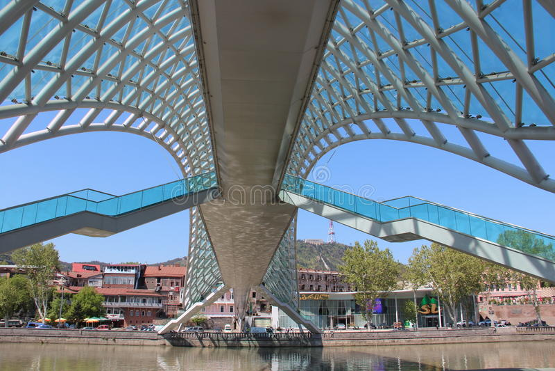 Pont en verre à Tbilisi, la Géorgie photo stock