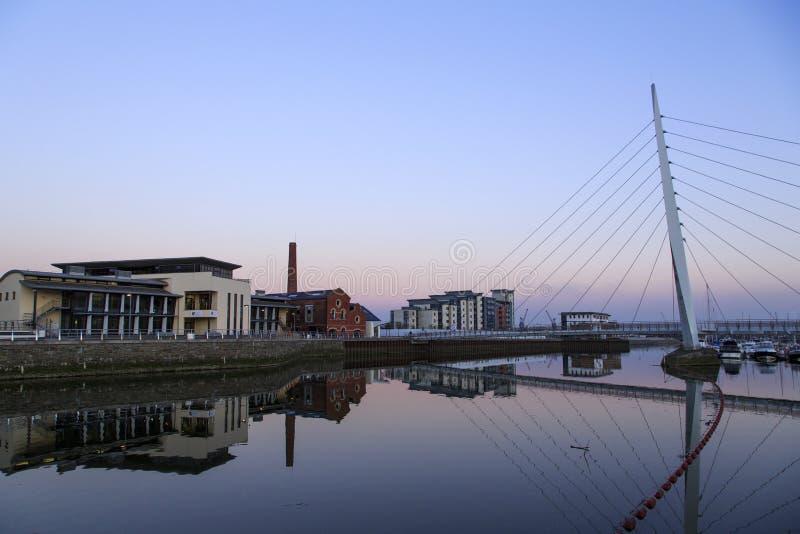 Pont en voile de millénaire à la marina de Swansea photographie stock libre de droits