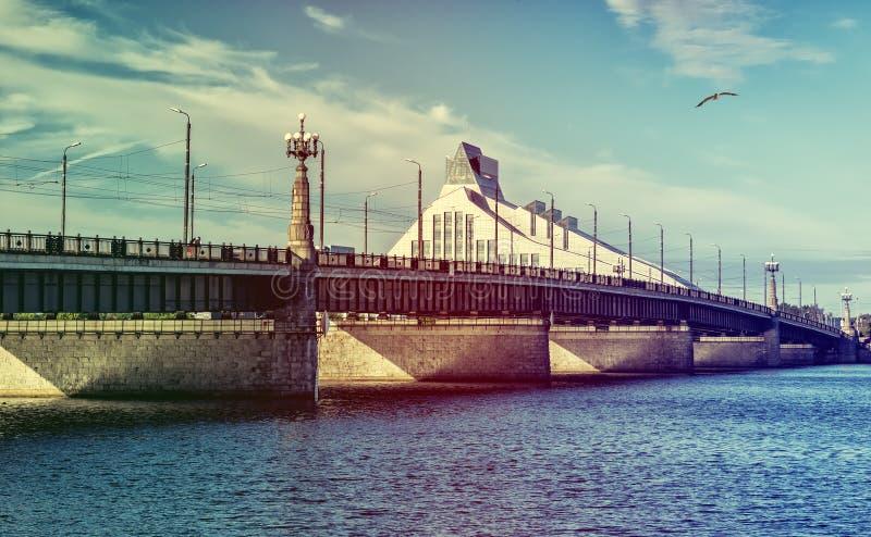 Pont et bâtiment en pierre de la bibliothèque publique nationale, Riga, Lettonie photo stock