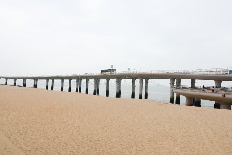Pont et bateau de traversée maritime de Xiamen Yanwu photographie stock libre de droits