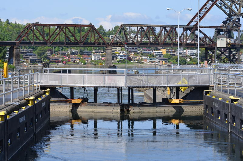 Pont et bateaux en chemin de fer près de Ballard Washington photographie stock