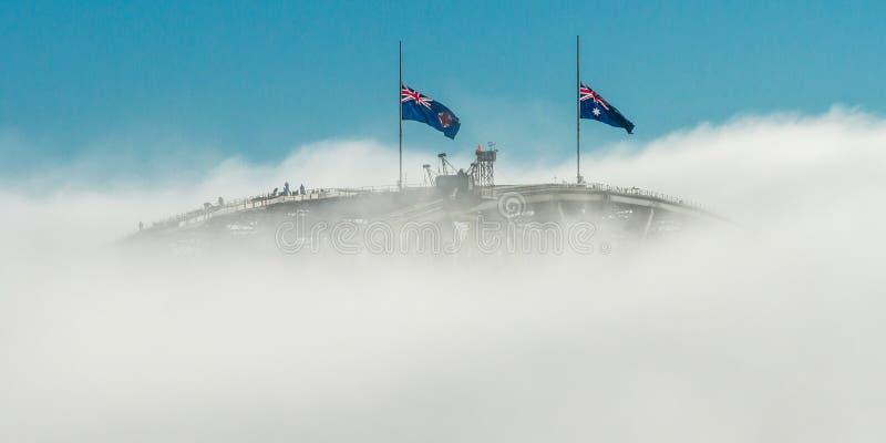 Pont et brouillard et drapeaux photographie stock libre de droits