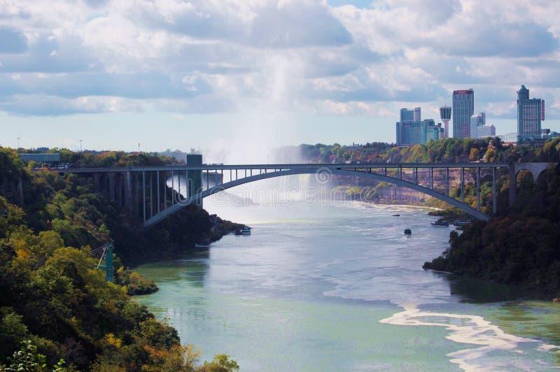 Pont et Canada en arc-en-ciel photos stock