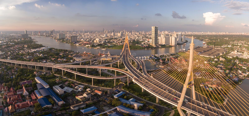 Pont et Chao Phraya River de Bhumibol à Bangkok, Thaïlande, tir aérien de bourdon image stock