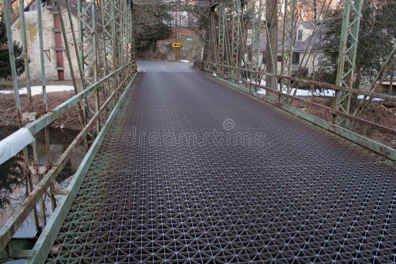 Pont et chaussée en métal de cru photo libre de droits