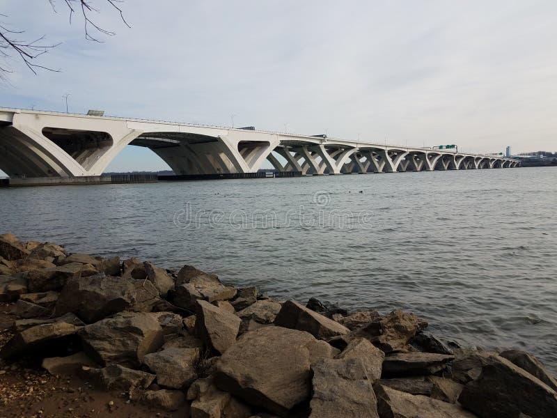 Pont et fleuve Potomac de Wilson avec les roches et le rivage images libres de droits