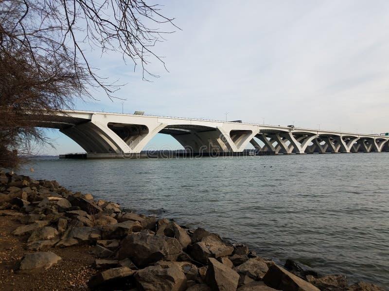 Pont et fleuve Potomac de Wilson avec les roches et le rivage photographie stock