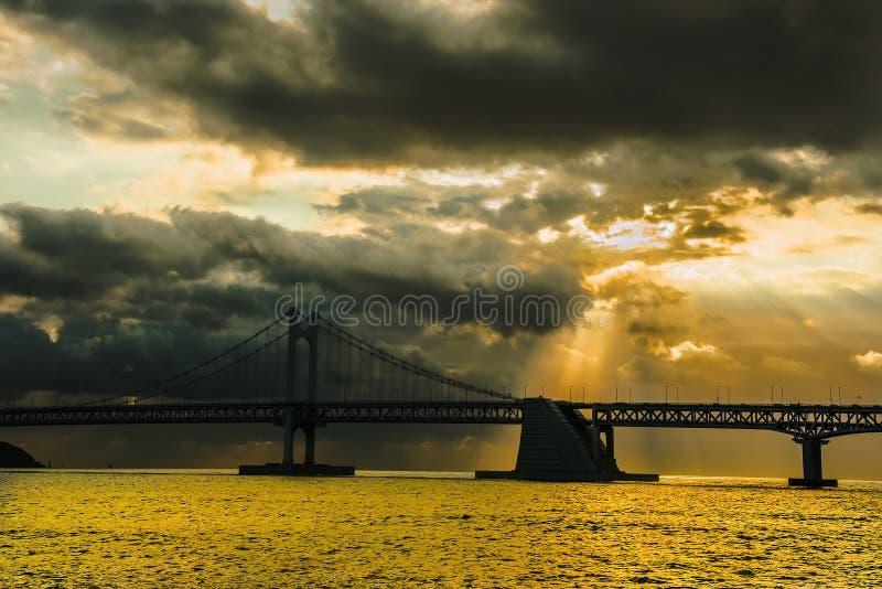 Pont et Haeundae de GwangAn la nuit à Busan, Corée photographie stock