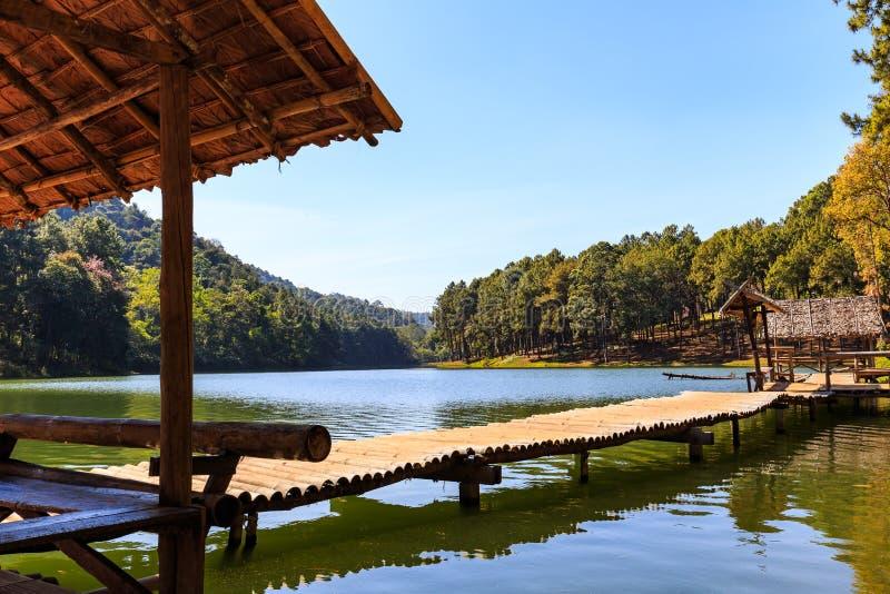Pont et hutte en bambou dans le lac et le camping photographie stock libre de droits