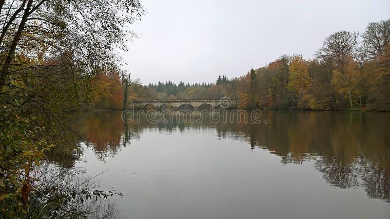Pont et lac chez Windsor Great Park Surrey photographie stock