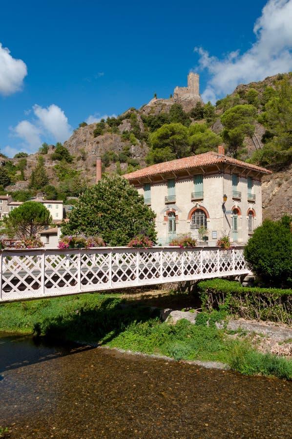 Pont et maison à la ville de Lastours images stock