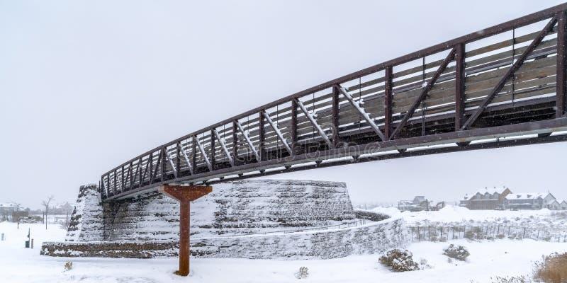 Pont et maisons dans l'aube époussetés avec la neige photo stock