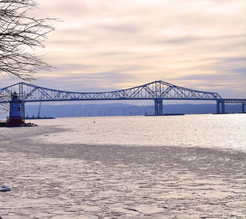 Pont et phare photos stock