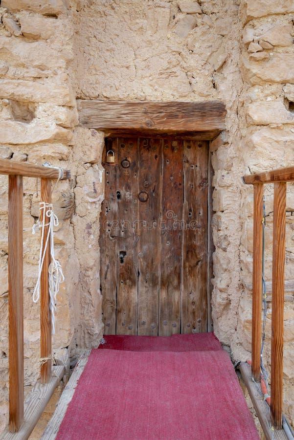 Pont et porte en bois menant au fort du monastère de Saint Paul Anchorite situé dans le désert oriental, montagnes, Egyp photos stock