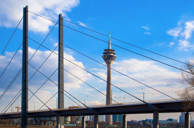 Pont et Rheinturm du Rhin Knie photos stock