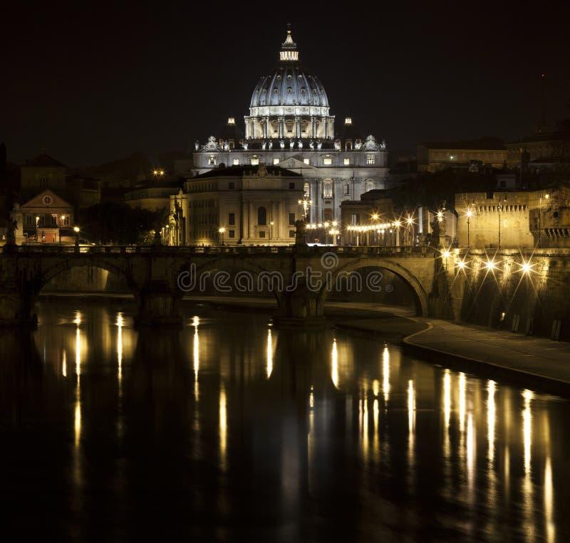 Pont et St Peter la nuit du Tibre photos stock
