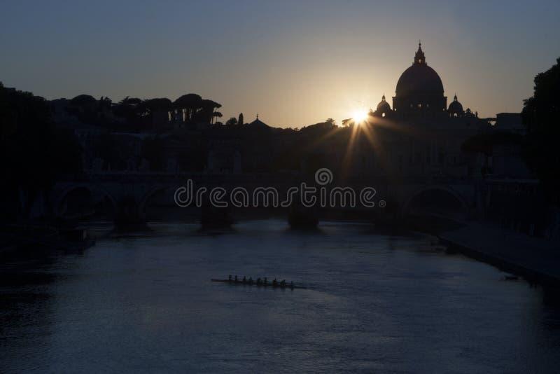 Pont et St Peter sur le coucher du soleil du Tibre photographie stock libre de droits