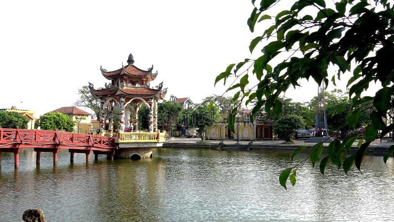 Pont et temple rouges sur le lac photographie stock