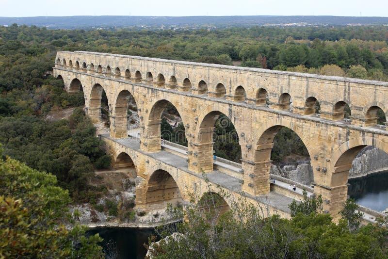 pont f?r du gard Bred sikt av den forntida romerska akvedukten arkivfoton