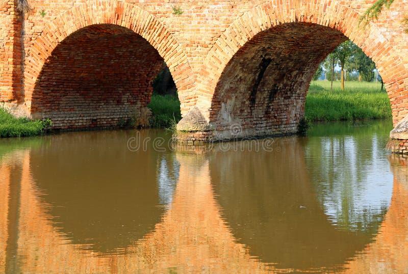 Pont fait de briques avec des voûtes images stock