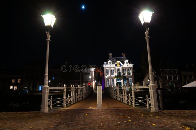 Pont forgé par fonte dans le port avec l'éclairage routier et l'o image stock