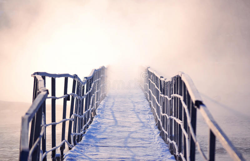 Download Pont Glacial Avec Le Brouillard De Matin En Hiver Image stock - Image du daybreak, brouillard: 76078359