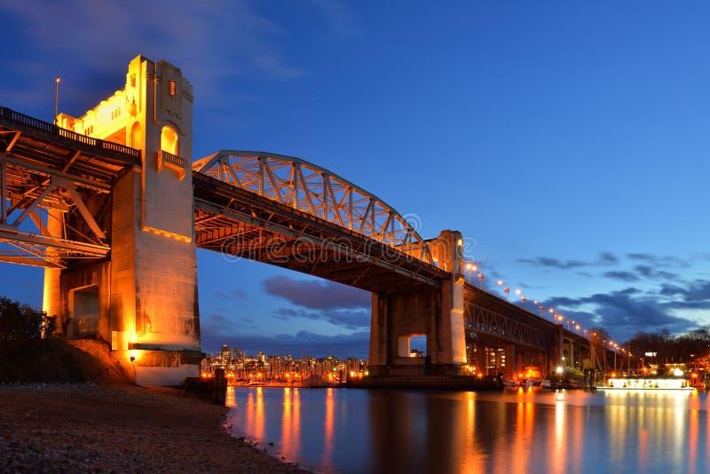 Pont historique de Vancouver Burrard la nuit photo stock