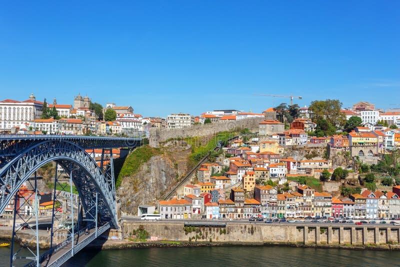 Pont historique en fer de San Luis au-dessus de la rivière de Douro Dans la ville de Porto photos libres de droits