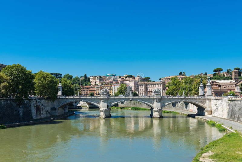 Pont IL Tevere un Ponte Vittorio Emanuele II à Rome photos stock