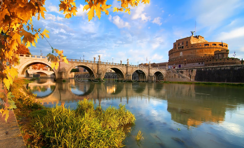 Pont italien de saint Angelo en automne photo stock