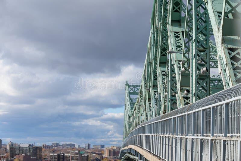 Pont Jacques Cartier Longueuil admitido puente en dirección de Montreal, en Quebec, Canadá, durante una tarde nublada imagen de archivo libre de regalías