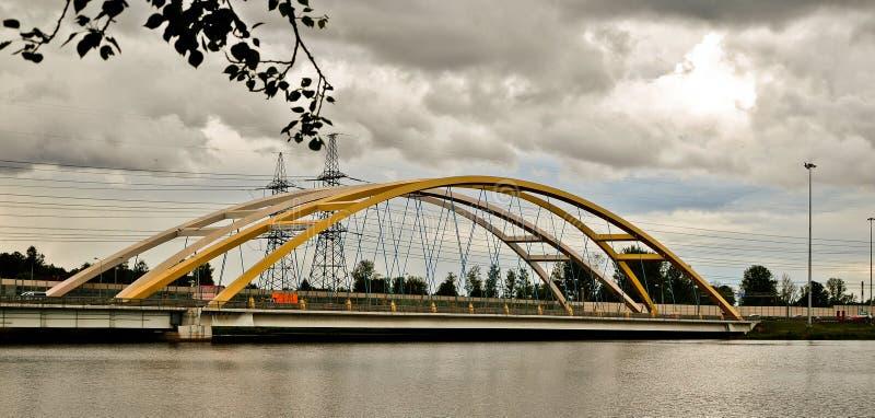 Pont jaune en automobile au-dessus de la rivière images stock