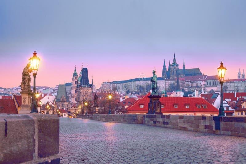 Pont Karluv de Charles la plupart des points de repère de Prague photographie stock